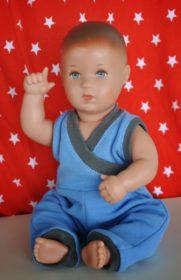 Titelbild kostenloses Schnittmuster für einen Puppenoverall von m hoch drei
