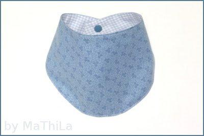 Ein blaues Babyhalstuch genäht nach dem Schnittmuster und der Nähanleitung von Mathila.