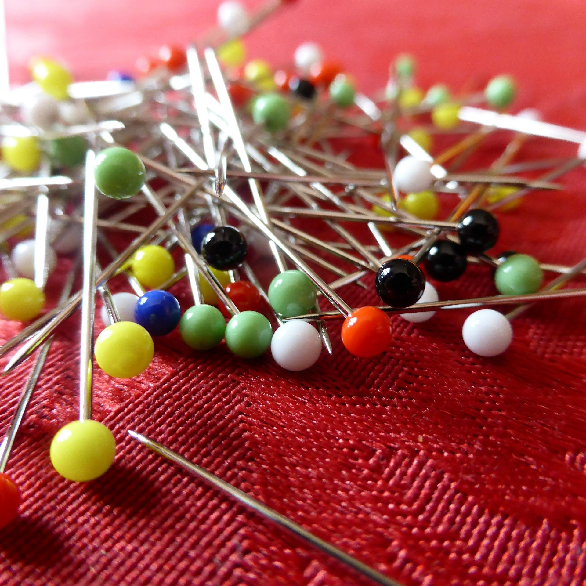 Neues Hobby Nähen - Bunte Stecknadeln laden zum Feststecken deiner Stoffteile ein!