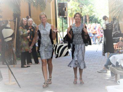 Zwei Models stellen Black/White Kollektion von Rama Diaw vor.